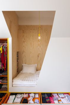 built-in bed-nook with exposed wood. / sfgirlbybaybuilt-in bed-nook with exposed wood. Alcove Bed, Bed Nook, Room Interior, Interior Design, Apartment Interior, Built In Bed, Built Ins, Dining Nook, Tiny Spaces