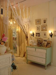 Wouldn't it be fun to have your own dressing room? Cute for girl's room...someday.