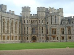 Windsor Castle - the place Queen Elizabeth prefers over Buckingham Palace. Vacation Places, Places To Travel, Places To See, Places Ive Been, England And Scotland, England Uk, English Castles, Amazing Buildings, Windsor Castle