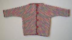 """Børneudgave af den kendte """"Kite Jacket"""". Den er let at strikke og er kun i 2 stykker. Der bruges samme maskeantal til alle 3 størrelser - forskellen ligger i garntykkelsen."""