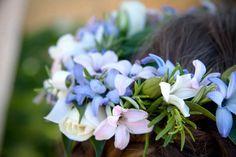 Las #flores de temporada son ideales para un #tocado en forma de #herradura. #Jacintos naturales, estas flores dan un aire a la niña súper #natural realzando la esencia #elegante del vestido.