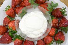 e-cocinablog: crema fraîche Strawberry, Food, Homemade Biscuits, Sour Cream, Homemade, Eten, Strawberry Fruit, Strawberries