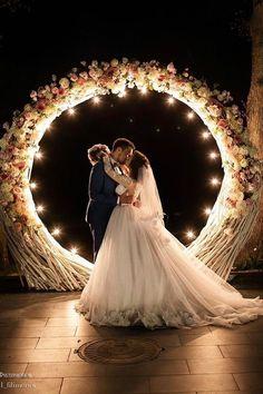 Arche ronde illuminée, cérémonie de nuit
