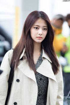 Twice-Tzuyu 180321 Incheon Airport Kpop Girl Groups, Kpop Girls, Asian Celebrities, Celebs, Nayeon, Tzuyu Twice, Fashion Poses, Beauty Full Girl, Beautiful Asian Girls