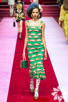 See all the Collection photos from Dolce & Gabbana Spring/Summer 2018 Ready-To-Wear now on British Vogue Collection Couture, Fashion Show Collection, Dolce & Gabbana, Fashion 2018, Fashion Week, Fashion Brands, Vogue, Fashion Images, Fashion History
