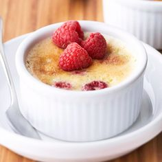 Berry-Filled Desserts Raspberry Creme Brulee This rich and creamy berry dessert takes just five ingredients to makeRaspberry Creme Brulee This rich and creamy berry dessert takes just five ingredients to make French Desserts, Köstliche Desserts, Delicious Desserts, Dessert Recipes, Yummy Food, Dessert Sauces, Plated Desserts, Dessert Healthy, French Recipes