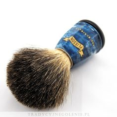 Pędzel znanej na całym świecie marki Plisson, rozmiar 8. Ręcznie robiony, z włosiemz włosiem z chińskiego borsuka umieszczonym w metalowym pierścieniu, by mocno trzymał włosie w optymalnej pozycji. Rączka z logo Plissona w kolorze niebieskim, imitacja niebieskiego marmuru.