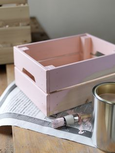 Les #boîtes de #rangement #KNAGGLIG s'empilent parfaitement pour dissimuler votre #bazar ! Et pour les fans de #DIY elles sont très facile à #customiser. http://www.ikea.com/fr/fr/catalog/products/10292357/ #IKEA #déco #décoration #custo #peinture