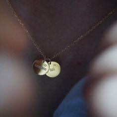 • encore toi • Aujourd'hui, je vous offre ce collier avec 2 médailles 10 mm dont vous pouvez choisir le mot à graver sur chacune d'entre elles (maximum 6 lettres), vous pouvez aller sur delphinepariente.fr pour vous inspirer des messages proposés. Pour participer, il faut: - être abonnée à mon compte @delphinepariente, - commenter la photo en indiquant les 2 mots choisis - inviter 2 amies à participer - reposter la photo avec le #delphinepariente Fin du concours dimanche 16 à 20h • loving…