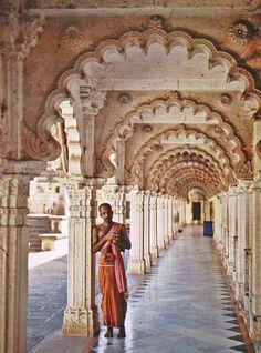 1913年、インド北西部グジャラート州Ahmadabadのジャイナ教寺院Hathi Singh Templeで撮影されたカラー写真。 アルベール・カーンのプロジェクトの内の1枚。