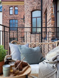 Especially nowadays, being confined at home, any balcony, no matter how small, is a treasure. It doesn't matter if it is not a big space; it is always possible to adapt it and come out with an original balcony design… Outdoor Spaces, Outdoor Living, Deco Studio, Small Balcony Decor, Dream Apartment, Balcony Garden, Interior Design Inspiration, Future House, Interior And Exterior