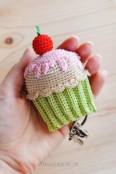 Crochet keychain with amigurumi cupcake - besenseless.blogspot.com