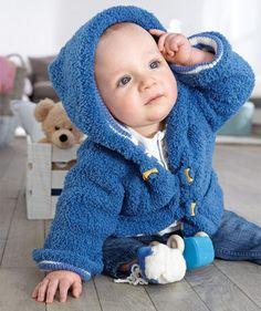 Eine kuschelige Kapuzenjacke, die es in sich hat. Die Außenjacke mit aufgesetzten Taschen wird glatt rechts aus Baby Smiles Lenja Soft gestrickt. Die Innenjacke im Ringelmuster wird wahlweise aus Baby Smiles Merino Wool oder Bravo Baby 185 gestrickt. Dieses Jäckchen erfordert etwas Übung, ist aber zum Reinkuscheln gemütlich!