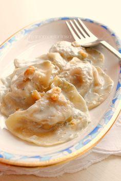 tortelli alle noci con crema al gorgonzola tortelli with walnuts with gorgonzola cream Gnocchi, Cannelloni, Italy Food, Relleno, I Love Food, Italian Recipes, Creme, Food And Drink, Cooking