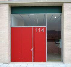 Entrada edificio Front Fluvial (Santa Coloma de Gramenet). Aplacados de material fenólico con sistema de fijación oculta.
