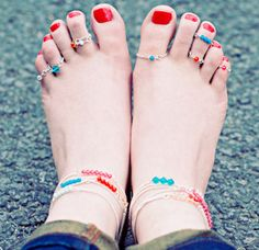 Absolutely Adorable Ankle Bracelets and Toe Rings - Let your feet get in on the fun with these DIY anklets and toe rings!