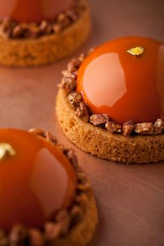 Oogionets' amazing Tarteletes de pistáchio. http://www.oogio.net/pistachio_and_strawberry_mousse_tartlette