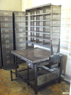 Bureau de tri postal, vers 1950, casiers ajourés en partie haute pouvant stocker des documents administratifs (21 x 29,7) et coulissants sur un rail.