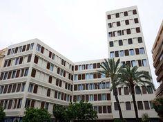 Este edificio de Fisac de 1965 es una de las muestras que quedan del arquitecto en Valencia.  Plaza Tetuan 1913  Palacio de los Condes de l'Alcudia y Gestalgar