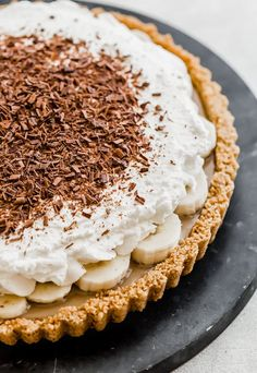 This Banoffee Pie recipe consists of a graham cracker crust, smooth toffee, sliced bananas, and freshly whipped cream. Add a garnish of chocolate curls or chocolate shavings and you have an irresistible dessert! Easy Pie Recipes, Cream Pie Recipes, Tart Recipes, Baking Recipes, Köstliche Desserts, Chocolate Desserts, Delicious Desserts, Dessert Recipes, Healthy Chocolate