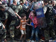 (서울=연합뉴스) 김상훈 기자 = 지난 8월21일 그리스-마케도니아 국경 도시 게브겔리자. 그리스를 통해 유럽으로 들어가려는 난민과 저지선을 구축한 군인들이 ...