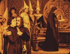 Szene mit Asta Nielsen, Heinz Stieda (vorne, v.l.n.r.), Mathilde Brandt (rechts) (Einzelbild aus Nitro-Original)