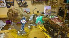Mirad que manicura ha hecho nuestro amigo Eugenio a uno de nuestros jamones en su tienda Azafrán León.