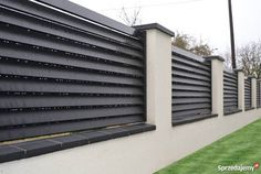 40 Cool Fence Ideas to Give Your Home A Unique Character - Engineering Discoveries Modern Main Gate Designs, Modern Fence Design, Front Wall Design, House Fence Design, Front Door Landscaping, Garden Fence Panels, Iron Gate Design, Modern Backyard, Backyard Fences