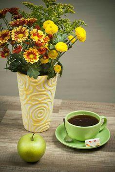 summer flowers bouquet in a vase, close-up by Igor Sokolov - Photo 144540145 / Coffee Flower, Flower Tea, Coffee Cafe, My Coffee, Coffee Break, Morning Coffee, Community Coffee, Cuppa Joe, Spiced Coffee