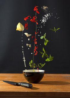 Photographie culinaire de Nora Luther / La recette se trouve décomposée dans les airs hors du bol avant d'être mélangés dans le récipient.