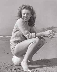 Marilyn Monroe Rare Vintage Pin-up Poster With Soccer Ball in Shorts & Sweater at Beach! Very Young Norma Jean! Marylin Monroe, Joven Marilyn Monroe, Marilyn Monroe Fotos, Marilyn Monroe Poster, Young Marilyn Monroe, Classic Hollywood, Old Hollywood, Hollywood Stars, Hollywood Actresses