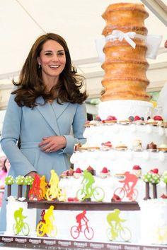 Catherine la duchesse de Cambridge voit un gâteau avec un design cycliste pendant qu'elle visite