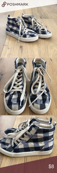 Girls Old Navy Buffalo Check High-Top Sneakers Adorable buffalo check sneakers. High tops. Super on trend and will go great with a lot of your daughters wardrobe. Navy and Cream in color. Good condition and have a lot of life left (see pics above). Size 4. Old Navy Shoes Sneakers