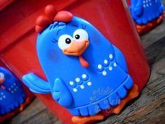 Lindo cachepô da galinha pintadinha, com aplicação dessa linda personagem em biscuit modelado à mão.  Serve como lembrancinha ou ainda enfeite de mesa. Cabe um vaso de violeta ou outra florzinha.  Fazemos outros personagens também.  Pedido mínimo de 4 unidades de cada personagem. Caso queir...