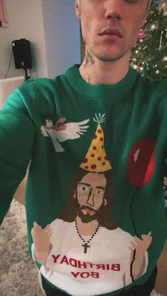 Justin Bieber shows off his quirky Christmas tree complete with pizza and fries decorations - Mirror Online Christmas Tree Images, Christmas Pictures, Christmas Presents, Christmas Jumpers, Christmas Sweaters, Justin Bieber Christmas, Justin Bieber Lockscreen, Justin Bieber Photos, Fairy Lights