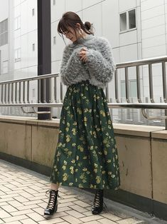 Wearing oversized sweaters with floral midi skirts and floral maxi skirts is a perfect chilly spring outfit idea. Muslim Fashion, Asian Fashion, Modest Fashion, Look Fashion, Hijab Fashion, Fashion Models, Autumn Fashion, Fashion Outfits, Modest Outfits Muslim