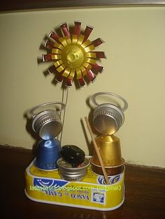 Escultura amb material reciclat: llandes i càpsules de nespresso.