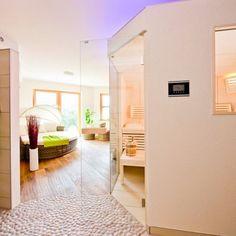 sauna mit thera med infrarotstrahler im fitnessraum im keller integriert die angrenzende dusche. Black Bedroom Furniture Sets. Home Design Ideas