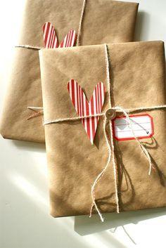 Végy egy guriga barna csomagolópapírt, szedj össze néhány termést, kutasd fel a fiókjaid mélyét pár mutatós szalagért és kiegészítőért, és csomagolj!