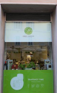 """#Streetfood nel centro di #Roma. @CiaoChecca dedica una vetrina, con cucina a vista, alla condivisione social, con il claim """"SnapShot Time! Sharing is caring"""". Noi ci sentiamo solo di consigliare l'aggiunta di un hashtag per raccogliere foto e messaggi! #SocialAndTheCity"""