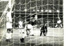 Tostão marca e busca a bola na rede, na goleada do primeiro jogo da final da Taça Brasil de 1966, no estádio do Mineirão. De joelhos, Gilmar observa a comemoração. Cruzeiro 6 x 2 Santos (30 de novembro de 1966 ) Arquivo/O Cruzeiro/Estado de Minas