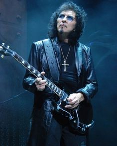 #TonyIommi #BlackSabbath Tony Iommi, Ozzy Osbourne Black Sabbath, Types Of Music, Music Artists, Good Music, Punk, Poster Prints, In This Moment, Content
