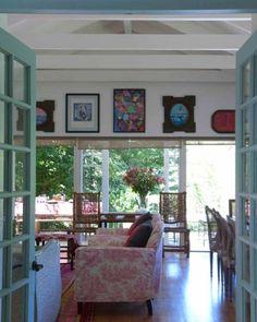 El living/comedor es amplio y mira a las copas de los arboles. The dining/living room is large and looks out at the treetops.