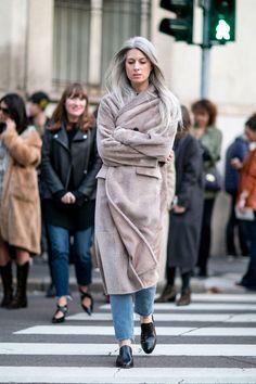 Pin for Later: The Best Street Style Looks From Milan Fashion Week Day 1 Sarah Harris. Street Style Outfits, Milan Fashion Week Street Style, Look Street Style, Spring Street Style, Cool Street Fashion, Sarah Harris, Stylish Coat, Vogue Uk, Catwalks