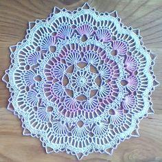 Calls for size 10 crochet cotton and a size 7 steel crochet hook. Calls for size 10 crochet cotton and a size 7 steel crochet hook. Free Crochet Doily Patterns, Crochet Motif, Crochet Designs, Easy Crochet, Crochet Thread Size 10, Crochet Hook Sizes, Crochet Dollies, Crochet Flowers, Crochet Table Topper