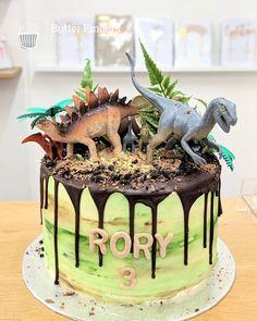 Dinosaur cake for a boys birthday party! cake celebrationcake boyscake dinosaurs partytheme dripcake buttercreamcake baking butterfingers art it out! Dinasour Birthday Cake, 3rd Birthday Cakes, Dinosaur Birthday Party, 3rd Birthday Parties, Third Birthday, Birthday Ideas, Dinosaur Cakes For Boys, Dinosaur Cake Easy, Dinosaur Cupcakes