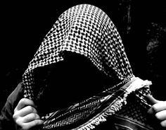 La kefiah è un copricapo tradizionale della cultura araba, ebrea non solo palestinese. In genere, una kefiah è fatta di seta, cotone o lana. In genere è a scacchi neri e bianchi, ma non sono rare kefiah rosse e bianche. #hats travel #world