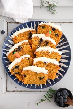 Carrot blueberry cake - möhrenkuchen mit blaubeeren - osterrezept backrezept zuckerzimtundliebe kastenkuchen rührteig foodstyling