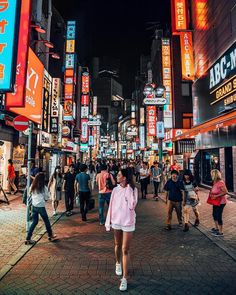 """Tara Milk Tea op Instagram: """"Strolling through these streets and remembering why I fell in love with Tokyo in the first place. What cities have you been to that come so…"""""""