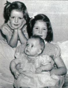La bebé Diana de Gales con sus hermanas Jane y Sarah Spencer